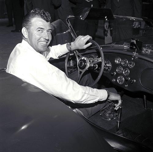 卡罗尔·谢尔比驾驶眼镜蛇赛车