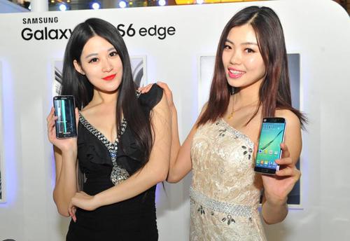 工作人员展示三星Galaxy S6 &S6 edge