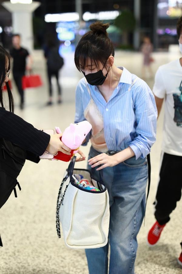 张天爱包里装小猪佩奇  图片源自视觉中国