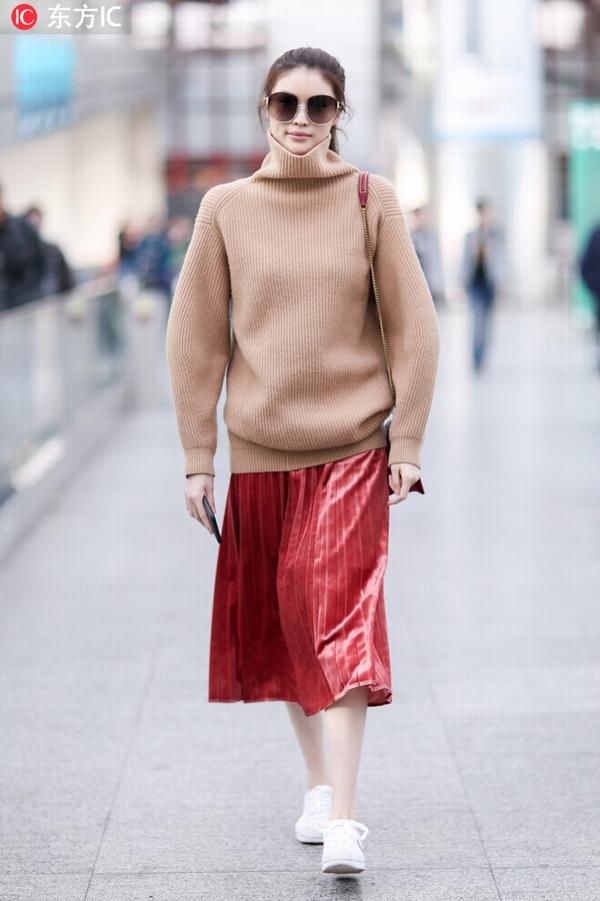 毛衣+天鹅绒半身裙 图片源自东方IC