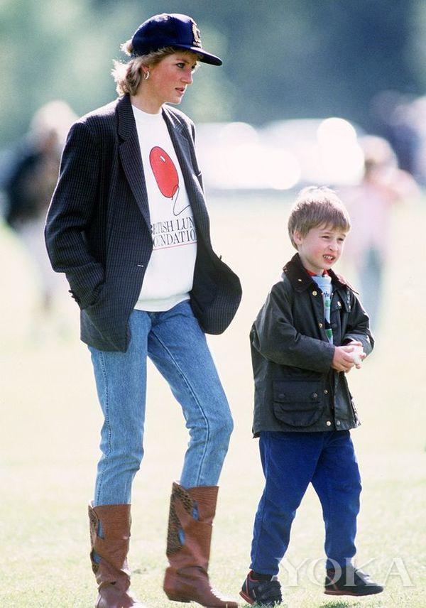 戴安娜王妃和威廉王子(圖片來源于Mirror)