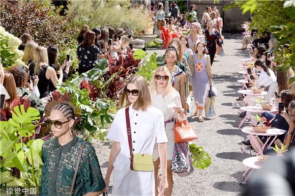 穿花裙抱盆栽 Kate Spade招呼老少姐妹一起逛植物园