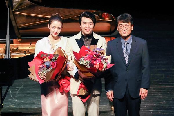 LG生活健康化妆品Marketing总经理李泰浩同郎朗与吉娜合影