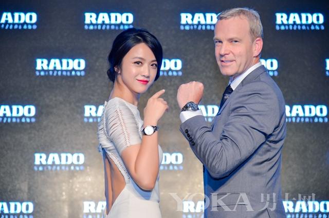 RADO瑞士雷达表全球总裁Matthias Breschan先生与品牌代言人汤唯小姐共同展示等离子高科技陶瓷腕表