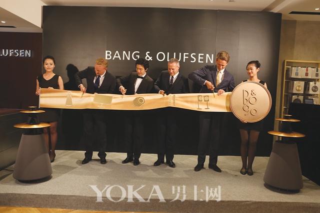 左起B&O大中华区执行董事Lars Hardboe Galsgaard先生、李云迪先生、丹麦驻华大使Mr. Damsgaard先生、B&O总裁兼首席执行官Tue Mantoni先生