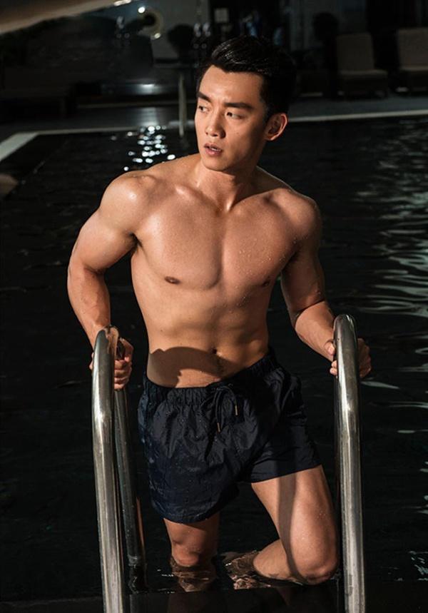 高颜值男神都在健身 简单动作让你站队型男