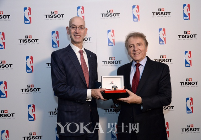 图2:NBA总裁亚当•席尔瓦 与 天梭总裁弗朗索瓦•添宝共同揭开天梭腾智系列太阳能NBA款的神秘面纱