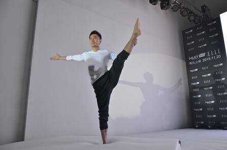 明星瑜伽教练魏威在现场表演