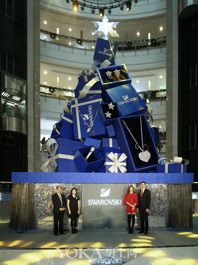 施华洛世奇水晶精品部亚太区高级副总裁庞智锋(Francis Belin)先生、米兰达•可儿与施华洛世奇中国区董事总经理彭洁莹 (Donna Pang) 女士以及上海港汇恒隆广场副总经理刁卫国先生共同点亮「璀璨圣诞树」(由右至左)