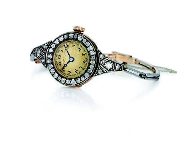 1911年,天梭表首枚女士腕表