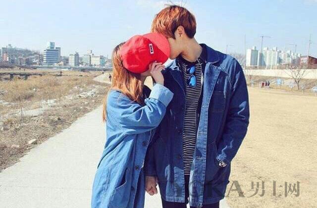解锁情侣拍照新姿势 学韩国男生简洁清爽穿搭