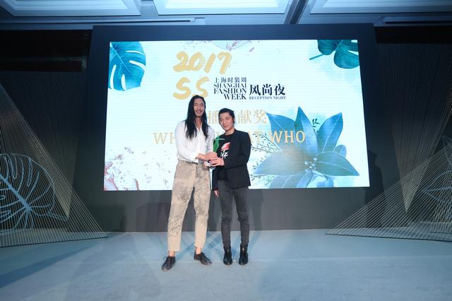 Venus Concept形象大使、国际超模、演员 Mr.Jasin Chang为WHERE WHAT WHO设计师张峰传播贡献奖
