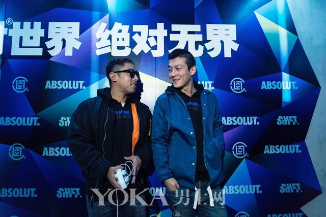 潮牌CLOT主理人陈冠希(右)与Kevin Poon(左)身着CLOT X ABSOLUT合作限量款在派对现场接受媒体采访