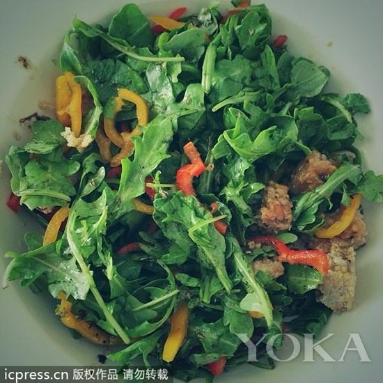 健身达人Hilaria Baldwin在Instagram上传照片分享素食美食-偷窥明星