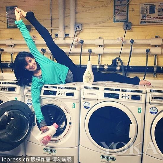 洗衣服时也能练瑜伽