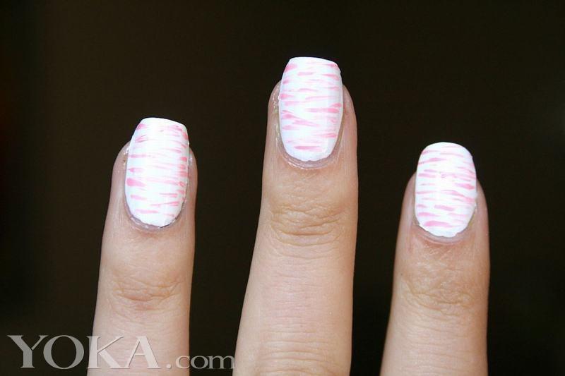 2014春夏秀场给我们带来的其中之一灵感就是各种生机勃勃的亮色。如果你也喜欢带有艺术气息的粉色美甲,就照着之后的步骤做起来吧。第一步:将指甲全部涂成白色;第二步:使用美甲条纹工具和抛光的淡粉色指甲油,将你的指甲涂抹成横条型的小短线;第三步:在指甲中间部分画更多的横条纹,使指甲中间部分看上去更密集一些;第四步:在指甲的中心部分继续分层,重复步骤3。这样具有艺术感的粉色美甲就完成啦,心动了就赶紧试起来吧。