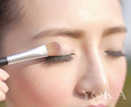 后台打造小秘密: 如此有艺术感的眼线,其实化妆师们是先利用手中的线先设定好走向,然后再用化妆刷描绘出来的哦,不要觉得有多难,其实掌握住一些小技巧,你也可以拥有T台上幻术般的眼线哦。 幻术感眼线 你也可以拥有 很多女生视眼线为命脉,即使淡扫娥眉上阵亦要加条眼线画龙点睛,有心机者,则喜欢画上内眼线,神不知鬼不觉地放大眼形。 新一年,不妨突破框框,眼线亦不再贴近睫毛根部才叫好,把眼周肌肤当画板,只要一点改变,画上个人标记图案,最IN的就是你。  三角 NO.