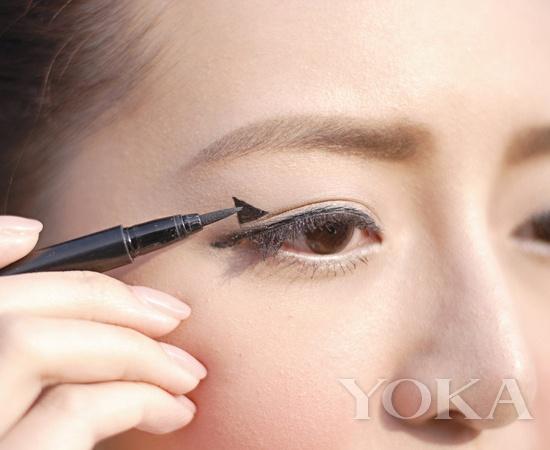 于眼尾位置沿双眼皮揩以黑色眼线液画出三角形的底线