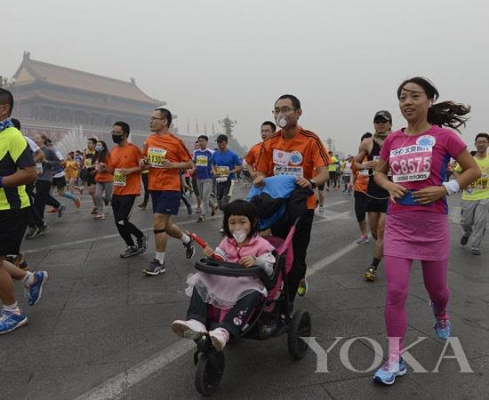 雾霾天戴口罩参加马拉松,选手们真的是蛮拼的!