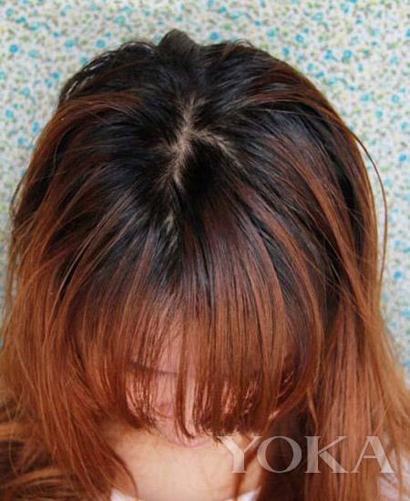 5、将头发散开,可以看到黑头发长出一大截了,所以我们要将黑发先染一下。