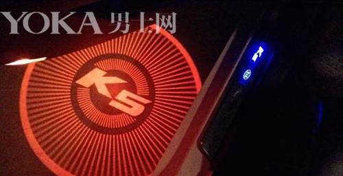 起亚K5的迎宾灯加装了菲林片,能显示K5字样