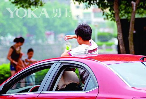 将身体通过天窗伸出车外是极其危险的行为