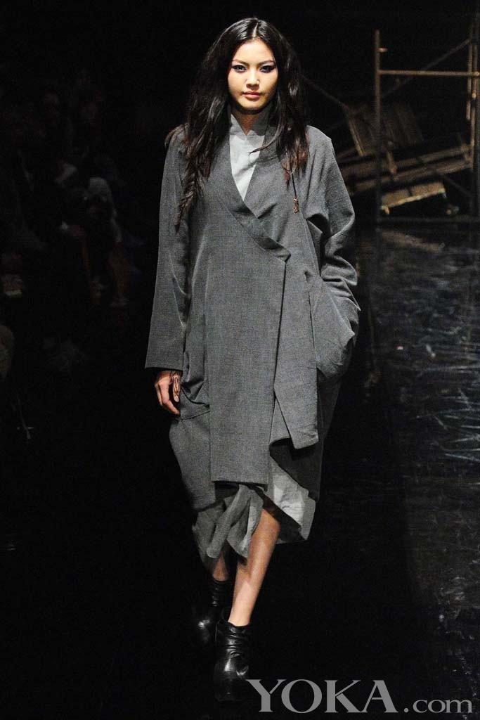 蒙古设计师Ariunaa Suri选择在东京时装周作秀,她将自己的新系列命名为朋克都市,Well,虽然不知道蒙古有没有都市和朋克,但这个系列却是少有的设计感十足,其凌厉的线条简洁的廓形,从皮革到羊毛的肌理转变和民族风的平面结构都让人感到无比亲切,恐怕东亚人民都会有共同的审美。