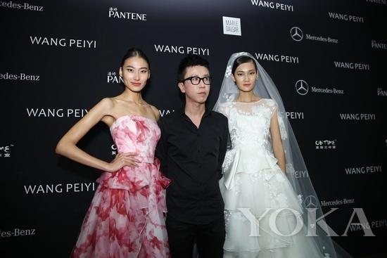 王培沂背板前与模特合影