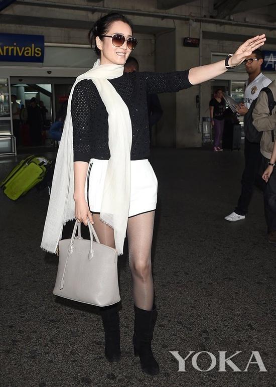 巩俐背Louis Vuitton Lockit手袋抵达戛纳机场