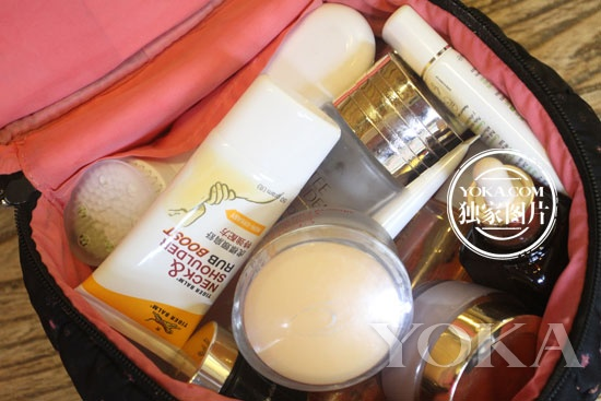 需要注意的是,要随身携带一些飞机上能用的化妆品,比如遮瑕笔和