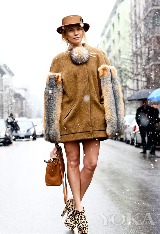 连鞋子和包包都一并用驼色搭配