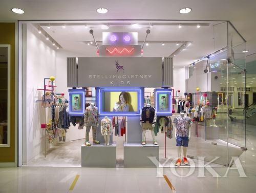 商场首层,店铺设计以stella童装系列欢愉而充满活力的精神为主题,让人