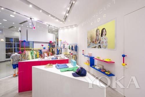 店内设计呼应着童装系列俏皮活泼的风格