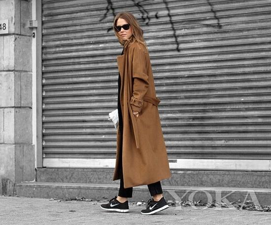 秋冬街拍 大衣与运动鞋才是绝配图片