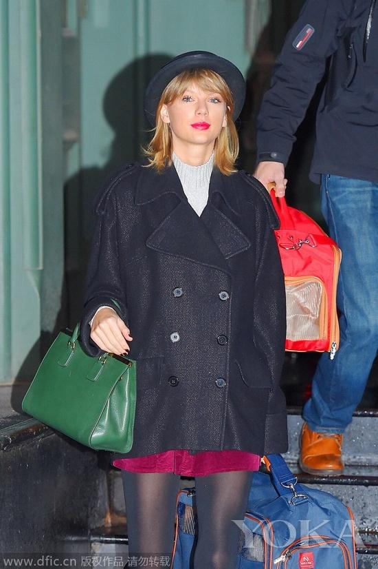 当地时间2015年1月3日,纽约,Taylor Swift着Dolce & Gabbana包包、Sam Edelman高跟鞋、Free People爵士帽,带着宠物猫外出