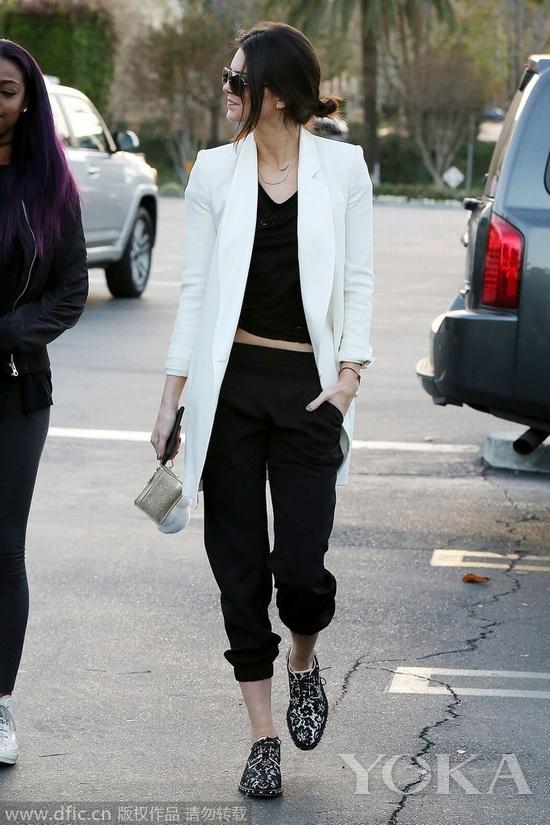 当地时间2015年1月4日,洛杉矶,肯达尔着Givenchy早秋蕾丝牛津鞋与友人外出就餐