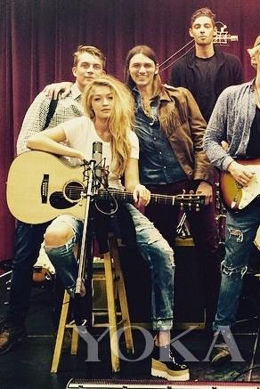 """吉吉·哈迪德  in Stella McCartney""""Britt""""松糕鞋"""
