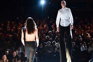 柏林时装周模特踩高跷走秀