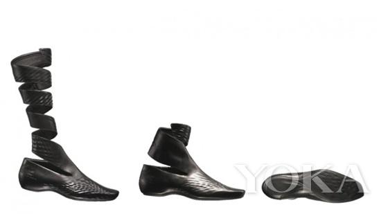 建筑设计大师扎哈为Lacoste设计了鞋品   尽管,从建筑设计师跳槽成为时装设计师的人鲜有二三,然而这并不阻碍两个领域的跨界。如今,聘请著名建筑师设计时装旗舰店几乎已是必不可少环节,比如雷姆库哈斯(Rem Koolhaas)与普拉达(Prada),弗兰克盖里(Frank Gehry)与三宅一生(Issey Miyake)。不得不提的还有青木淳(Jun Aoki)和路易威登(Louis Vuitton)的合作。这座位于东京的专卖店,远眺犹如一堆不同尺寸和样式的手提箱错落码放。虽然听起来疯狂,但最终的呈现