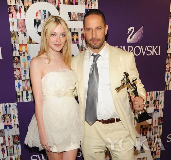 设计师Alexis Bittar(右)与美国演员Dakota Fanning(左)在2010年CFDA颁奖典礼上