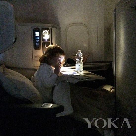 curtis在私人飞机上看书