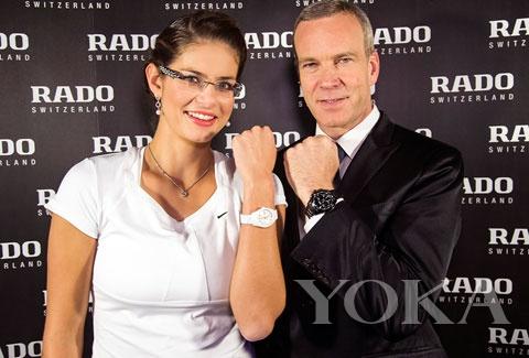 朱莉亚与雷达首席执行官 Matthias Breschan 一起,展示了新的雷达 HyperChrome 系列