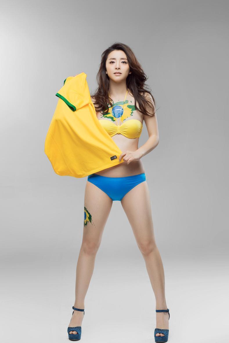 黄小蕾化身时尚性感足球宝贝 助威世界杯