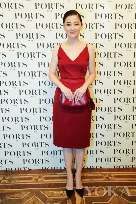 梅婷在宝姿Ports 1961米兰秀场,一袭红色深V羊绒连衣裙搭配NO.10手袋