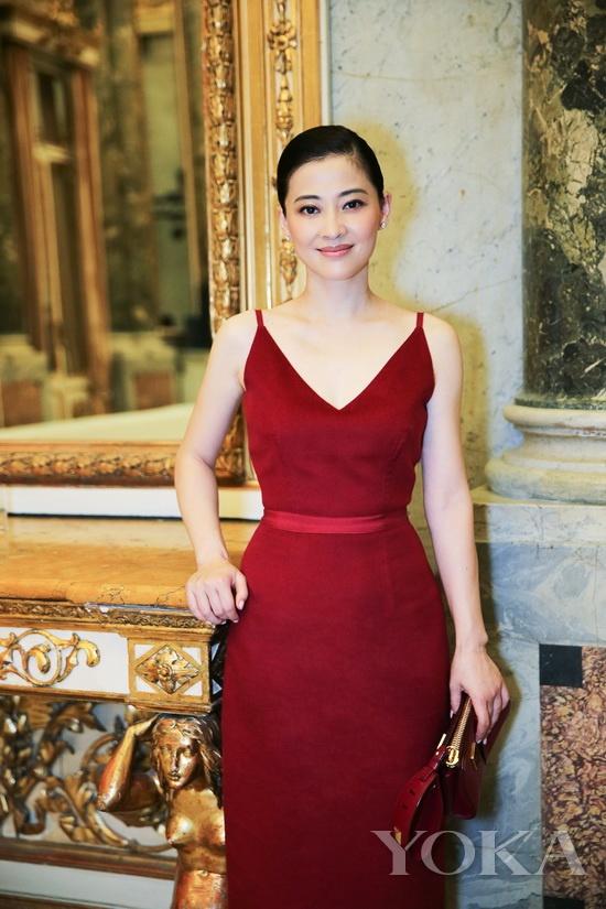 梅婷来到米兰Corso Venezia 16的塞尔贝罗尼皇家宫殿观看宝姿秀