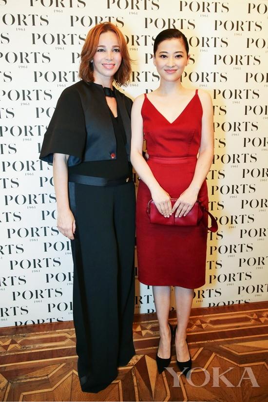 梅婷与宝姿Ports 1961创意总监Fiona Cibani在秀场合影