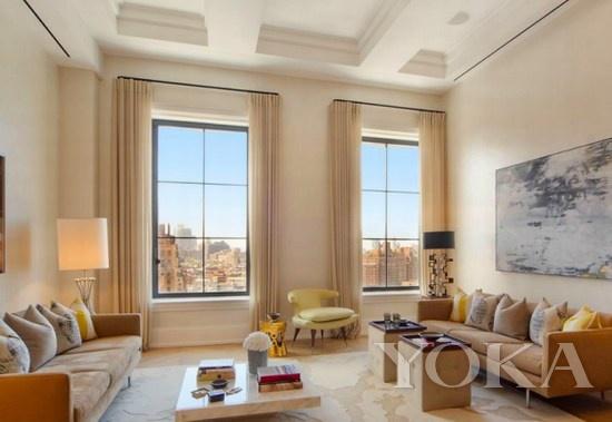 历史悠久的大厦外观   这个豪宅所在的大厦始建于1929年,拥有悠久的历史外观和超现代化的装修,豪宅配备3个卧室、3个浴室。   从每个卧室望去都能看到纽约的地标性建筑,这种景观在纽约豪宅中实属罕见,比如能看到自由女神像、自由塔等,豪宅还配有3000英尺(约280平米)的娱乐室。   当然房间的装修细节也很人性化,多方位旋转的窗户、灯光的设计、大理石台面、地采暖、法国橡木地板、保安系统无不透露出现代化与人性化。
