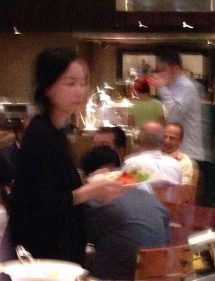 早前王菲素颜出现在印度餐馆