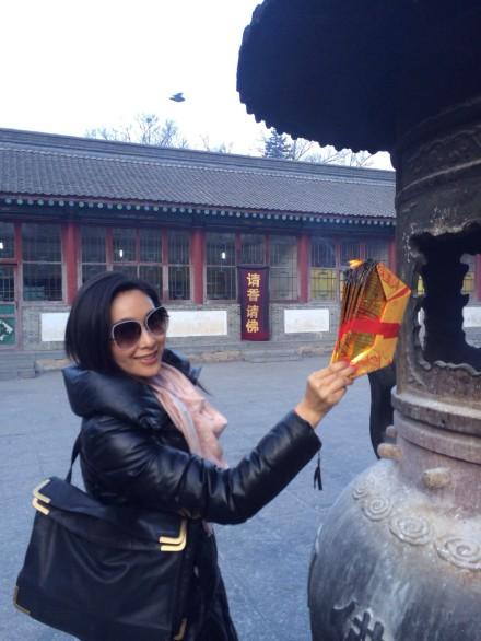 杨恭如新年五台山祈福 母女似姐妹