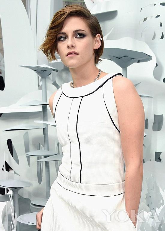 暮光女Kristen Stewart身穿Chanel 2015春夏系列白裙亮相高定秀场